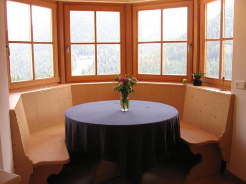 panche in legno chiaro per interni da cucina. tavolo cucina con due ...